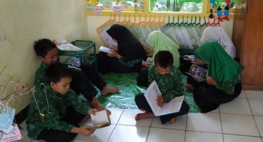 Siswa Membaca Buku di Pojok